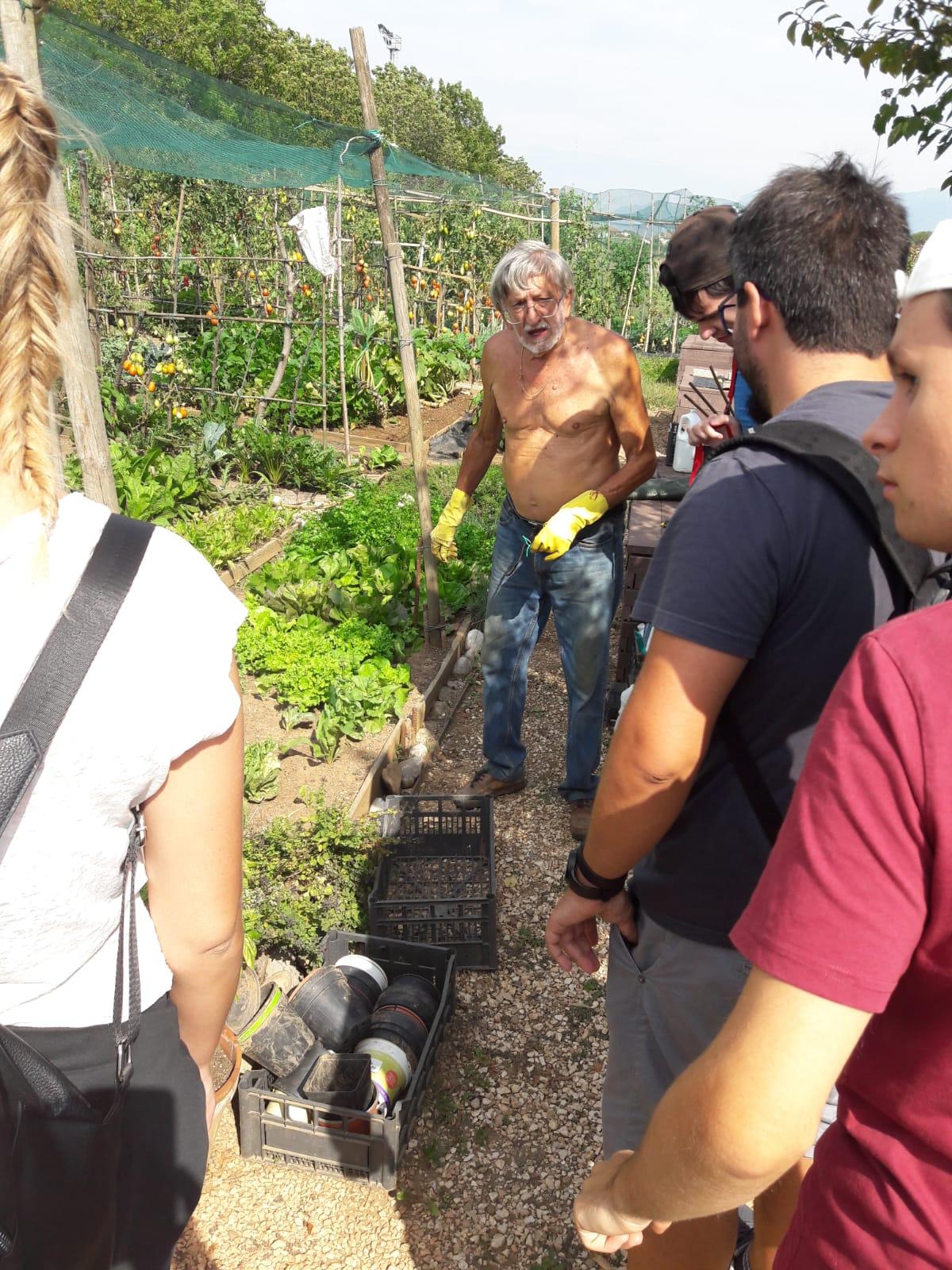 La visita all'orto urbano con il signor Renzo