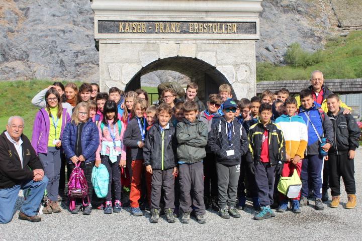 06 - Il gruppo all'ingresso della ex miniera