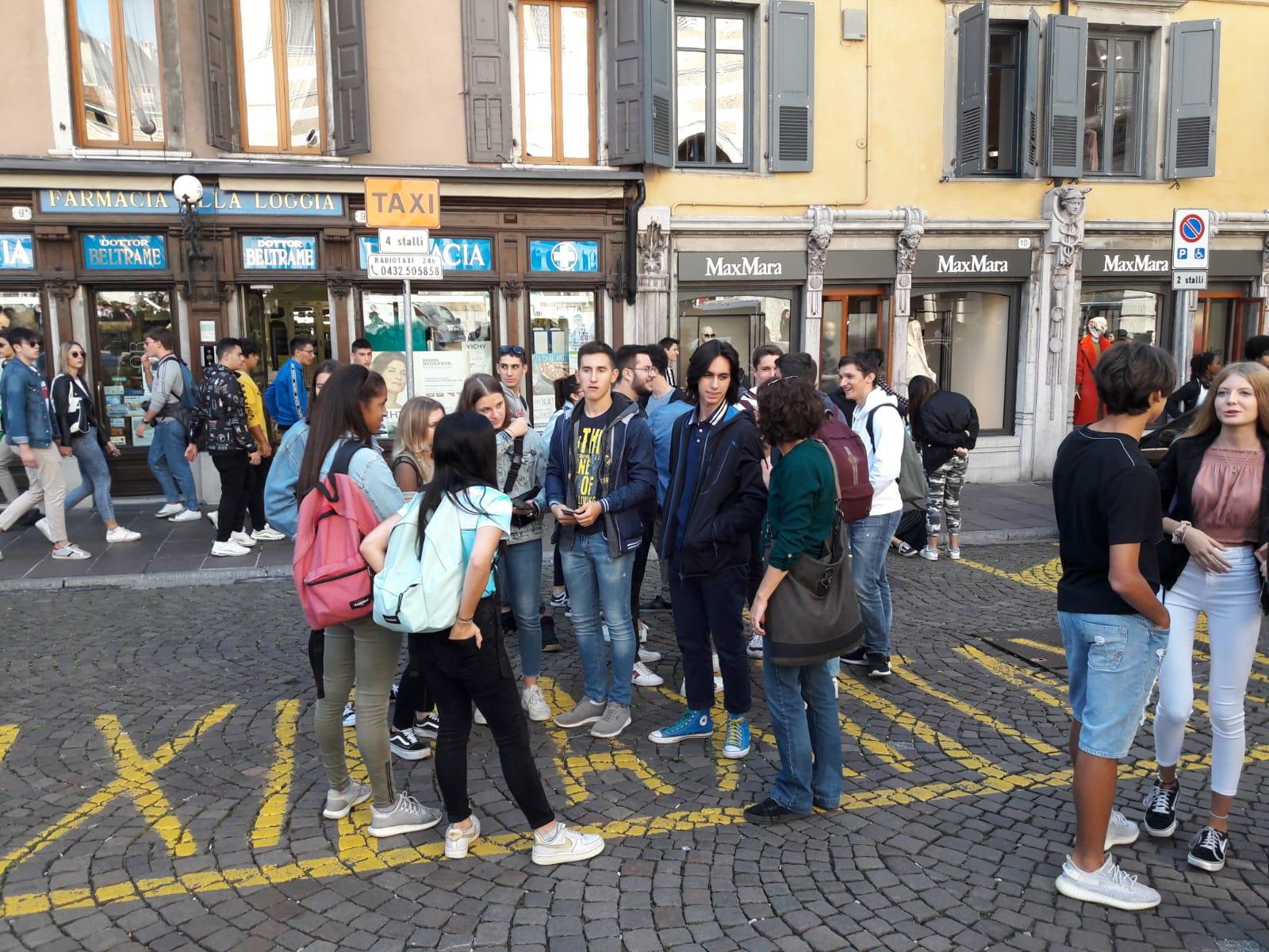03 - Un gruppo di studenti con la loro insegnante