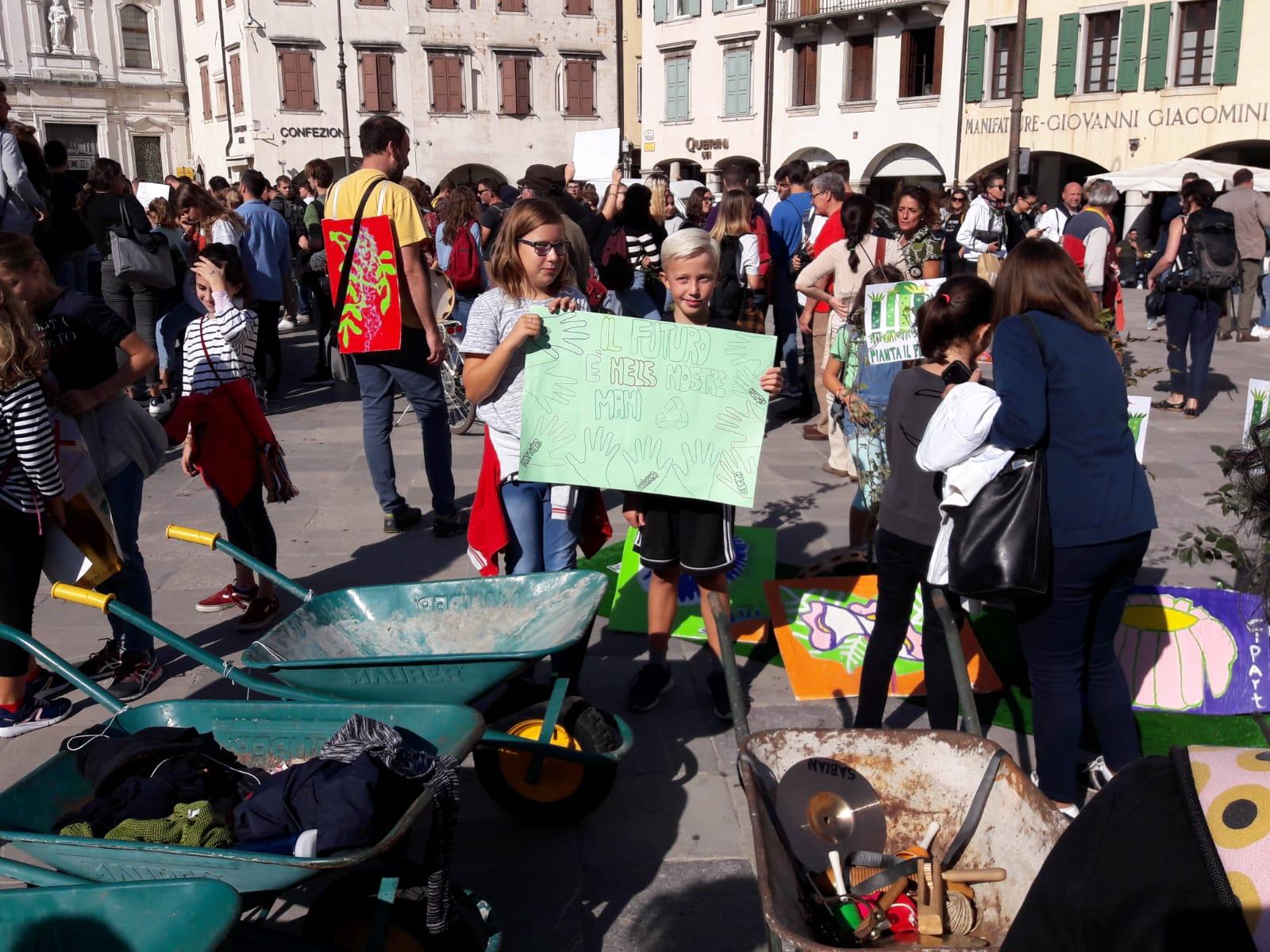 04 - Scuola pubblica Montessori con piantine e carriole