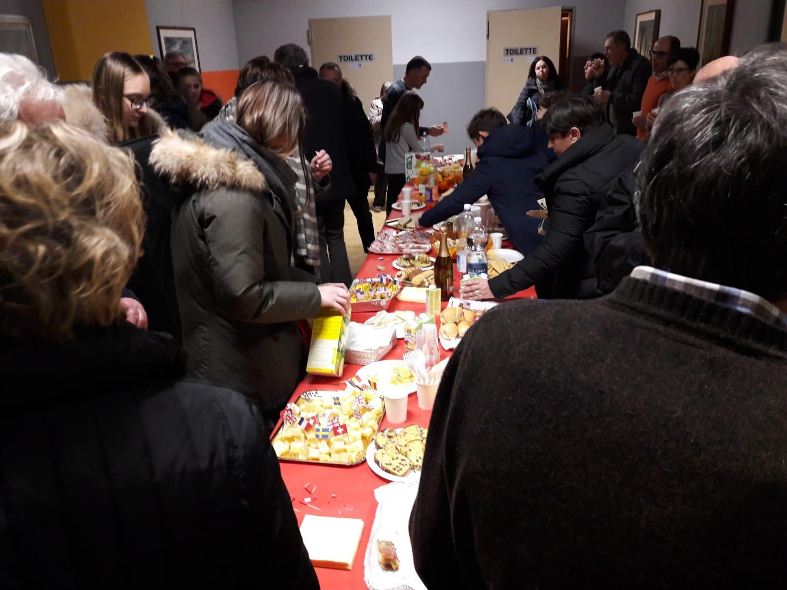 Il tavolo del buffet preparato dalle volontarie ALPI