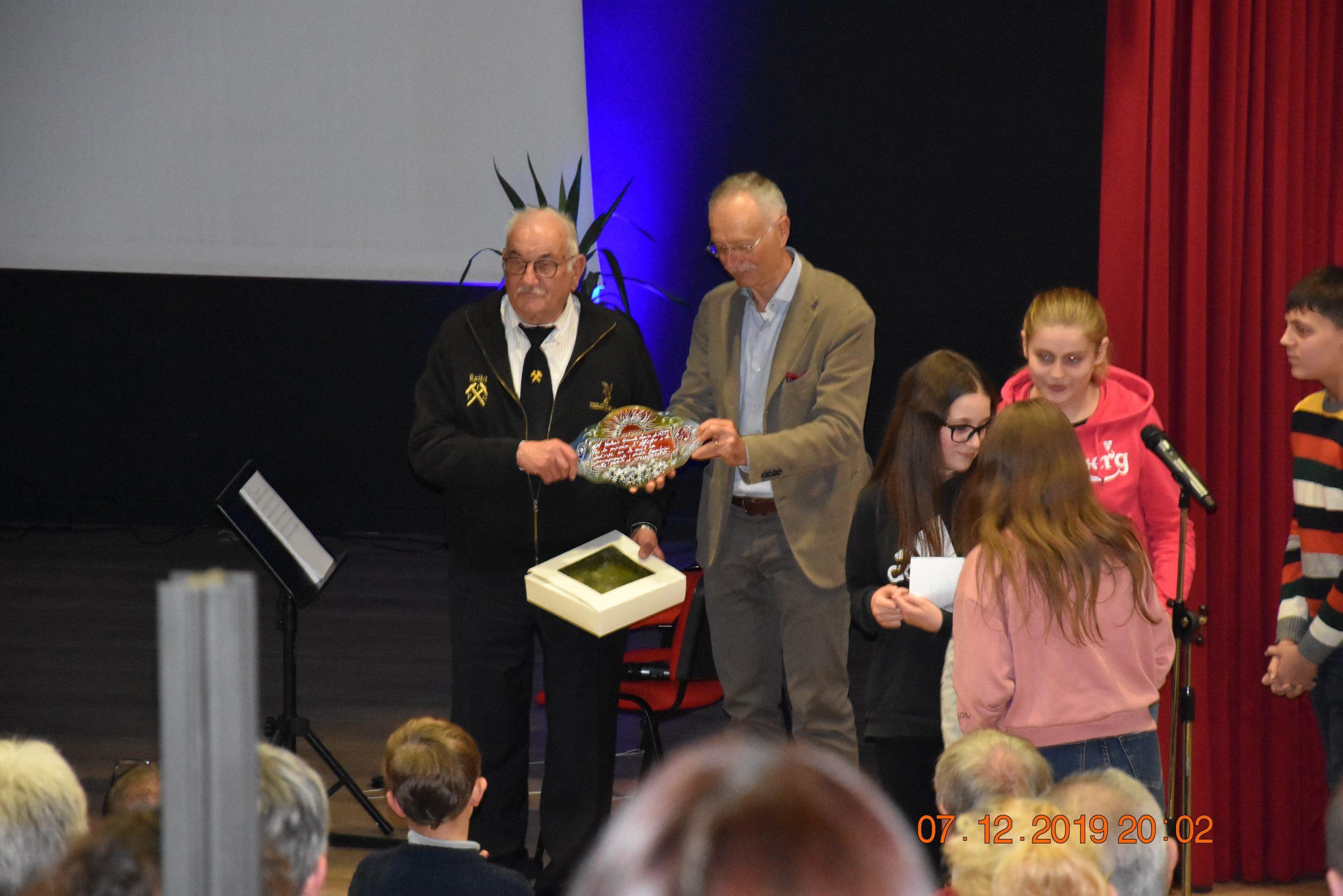 La consegna del premio ALPI a Valerio Rossi da parte dei nostri bambini
