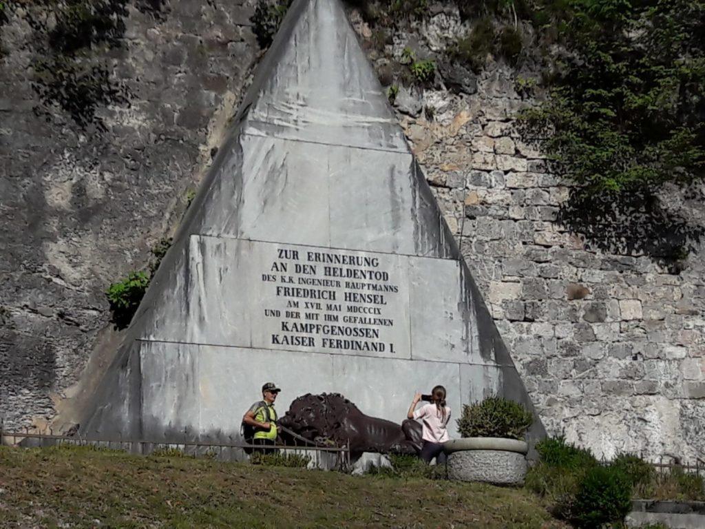"""Alle """"Termopili"""" austriache con monumento al capitano Hensel e i 300 difensori"""